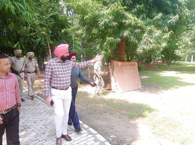 Amritsar Mayor visits Ram Bagh to review ongoing development works