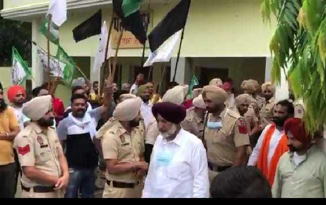 Health Minister Balbir Singh Sidhu shown black flags at Landran